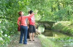 Deux randonneurs le long de la rigole d'alimentation du canal de Nantes à Brest