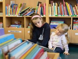Enfants en train de lire à la Bibliothèque